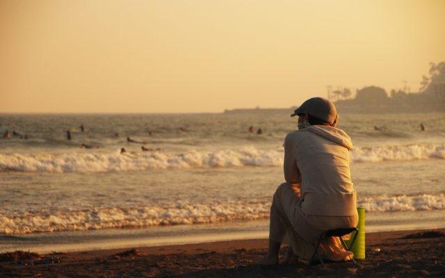 海岸に座る女性