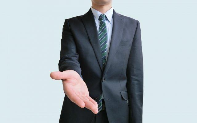 手を差し伸べる男性