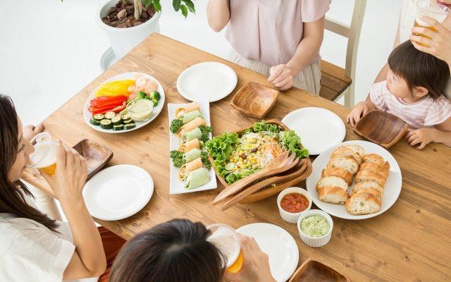 食事会する女性